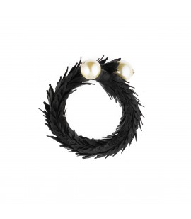 Leather bracelet with pearls.