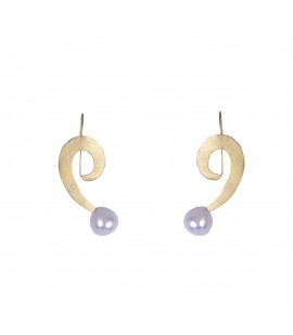 Handmade gold-plated earrings with pearl.